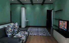 2-комнатная квартира, 60 м², 3/5 этаж посуточно, мкр. Батыс-2, Тауелсиздик за 7 000 〒 в Актобе, мкр. Батыс-2