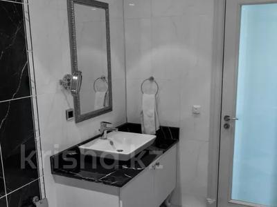 3-комнатная квартира, 130 м², 12/25 этаж помесячно, проспект Туран — Сыганак за 400 000 〒 в Нур-Султане (Астана) — фото 9