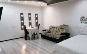 2-комнатная квартира, 60 м², 2/5 этаж по часам, Азаттык 46А за 1 000 〒 в Атырау