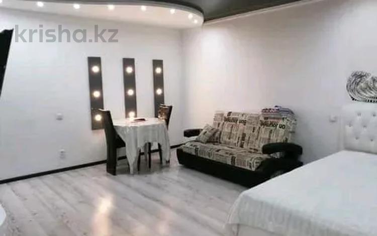 2-комнатная квартира, 60 м², 2/5 этаж по часам, Азаттык 46А за 1 500 〒 в Атырау