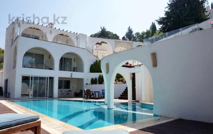 8-комнатный дом, 260 м², 11 сот., Камарес Вилледж, Пафос за 400 млн 〒