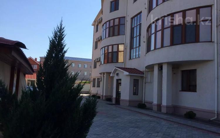 2-комнатная квартира, 95 м², 3/4 этаж помесячно, Мкр. Каспий 71А за 350 000 〒 в Атырау