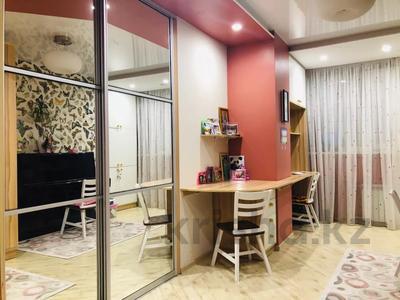 4-комнатная квартира, 135 м², 7/18 этаж, Шахтеров 60 за 49 млн 〒 в Караганде, Казыбек би р-н — фото 4