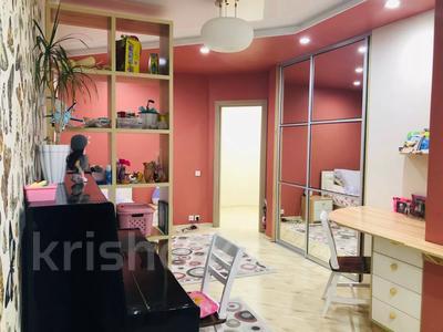 4-комнатная квартира, 135 м², 7/18 этаж, Шахтеров 60 за 49 млн 〒 в Караганде, Казыбек би р-н — фото 5