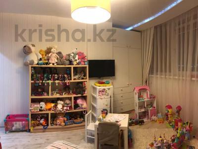 4-комнатная квартира, 135 м², 7/18 этаж, Шахтеров 60 за 49 млн 〒 в Караганде, Казыбек би р-н — фото 6