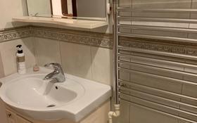 2-комнатная квартира, 80 м² помесячно, Достык 97 за 300 000 〒 в Алматы