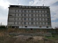 Здание, площадью 8742 м²
