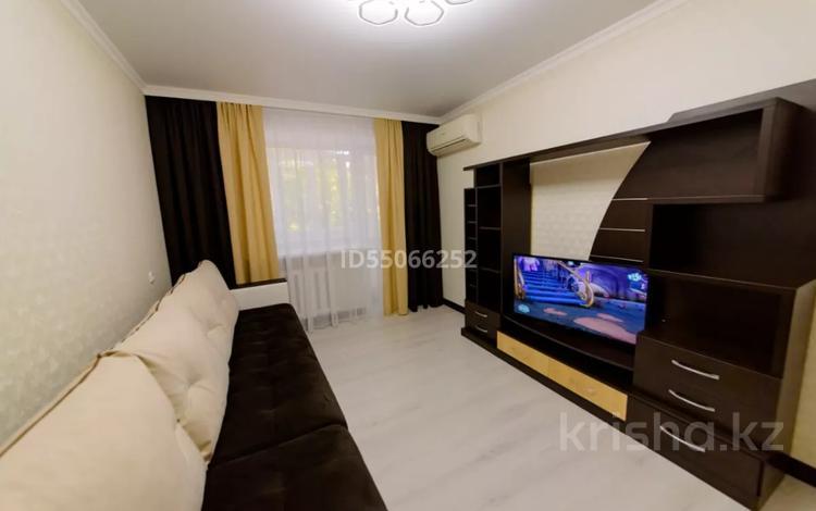 3-комнатная квартира, 80 м², 2/5 этаж посуточно, Бухар-Жырау 75 за 10 000 〒 в Караганде, Казыбек би р-н