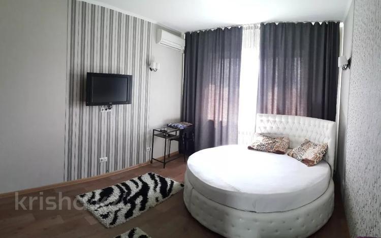 1-комнатная квартира, 42 м², 9/9 этаж посуточно, Толе би 188 — Жарокова за 6 000 〒 в Алматы, Алмалинский р-н