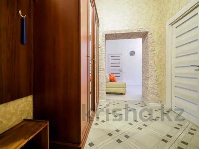 2-комнатная квартира, 95 м², 3/9 этаж посуточно, мкр. Батыс-2 19в за 15 500 〒 в Актобе, мкр. Батыс-2