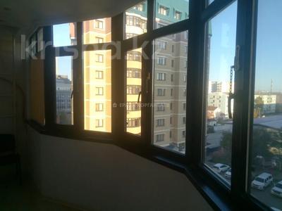 3-комнатная квартира, 80 м², 5/9 этаж помесячно, Шарипова 26А за 320 000 〒 в Атырау — фото 18