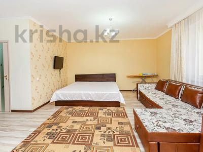 1-комнатная квартира, 65 м², 4/10 этаж посуточно, Сауран 3/1 — Сагынак за 8 000 〒 в Нур-Султане (Астане), Есильский р-н