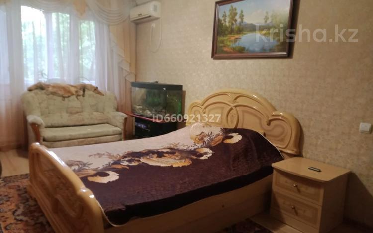 1-комнатная квартира, 33 м², 3/5 этаж помесячно, улица Мухита 134 за 80 000 〒 в Уральске
