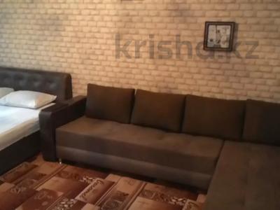 1-комнатная квартира, 42 м², 3/4 этаж посуточно, Туркестанская 2/4А — Байтурсынова за 8 000 〒 в Шымкенте, Аль-Фарабийский р-н — фото 2