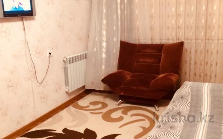 1-комнатная квартира, 40 м², 1/5 этаж посуточно, мкр 8, Братьев Жубановых 281 за 5 000 〒 в Актобе, мкр 8