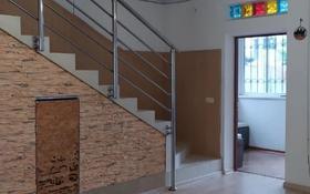 4-комнатный дом помесячно, 190 м², Кастеева — Бекхожина за 485 000 〒 в Алматы, Медеуский р-н