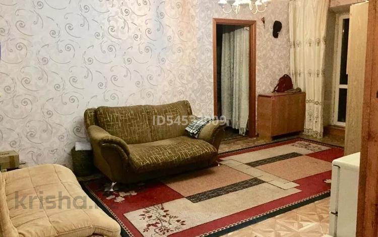 2-комнатная квартира, 56 м², 5/5 этаж помесячно, Ермекова 10/2 — Ермекова Комиссарова за 90 000 〒 в Караганде, Казыбек би р-н