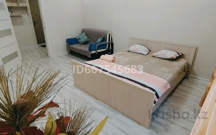 1-комнатная квартира, 50 м², 1/4 этаж посуточно, 6 мкр 5 за 8 000 〒 в Талдыкоргане