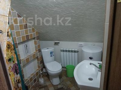 1-комнатная квартира, 48 м², 4/4 этаж посуточно, Ермекова за 7 000 〒 в Караганде, Казыбек би р-н — фото 13