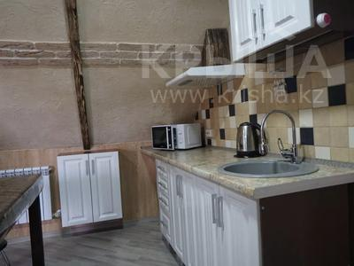 1-комнатная квартира, 48 м², 4/4 этаж посуточно, Ермекова за 7 000 〒 в Караганде, Казыбек би р-н — фото 5