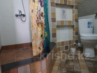 1-комнатная квартира, 48 м², 4/4 этаж посуточно, Ермекова за 7 000 〒 в Караганде, Казыбек би р-н — фото 7