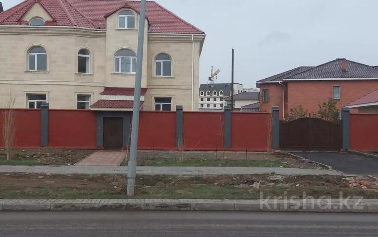 10-комнатный дом помесячно, 585 м², 10 сот., Кыз Жибек за 2 млн 〒 в Нур-Султане (Астана), Есиль р-н