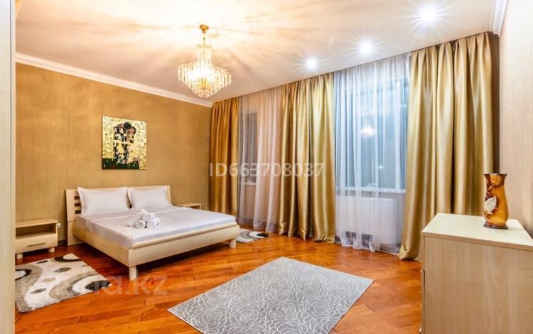 2-комнатная квартира, 90 м² посуточно, Аль-Фараби 7к5а за 21 000 〒 в Алматы