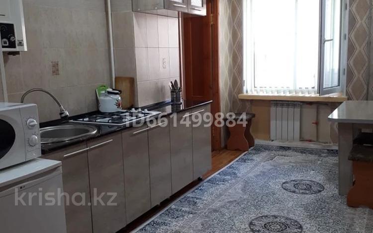 3-комнатная квартира, 75 м², 2/5 этаж посуточно, Толе би 61 — Айтиева за 10 000 〒 в Таразе