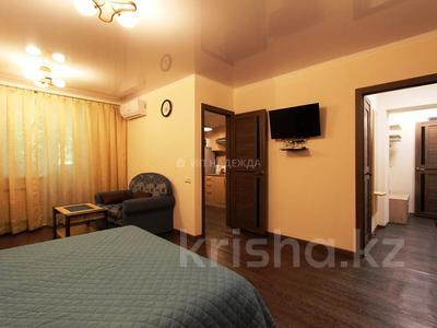 1-комнатная квартира, 35 м², 3/4 этаж посуточно, Абая 52А — Муканова за 10 500 〒 в Алматы, Алмалинский р-н