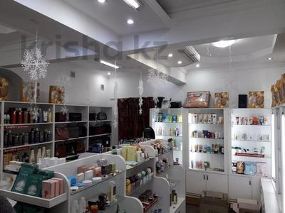 Магазин площадью 45 м², Кабанбай Батыра 122 — Желтоксан за 250 000 〒 в Алматы, Алмалинский р-н — фото 3
