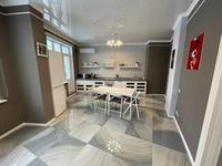3-комнатная квартира, 130 м², 4 этаж на длительный срок, Кабанбай батыра 7 за 500 000 〒 в Нур-Султане (Астане), Есильский р-н
