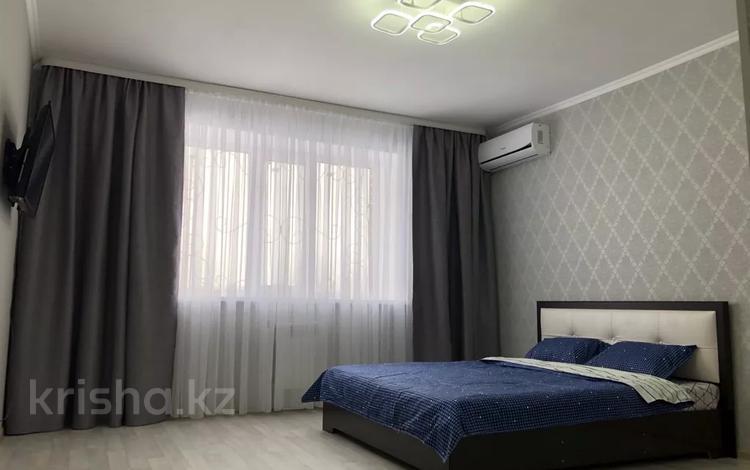 1-комнатная квартира, 40 м², 1 этаж посуточно, Гагарина 1 за 6 000 〒 в Уральске
