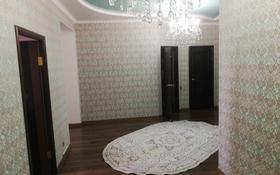 3-комнатная квартира, 120 м², 4/9 этаж помесячно, Алия Молдагулова за 200 000 〒 в Актобе
