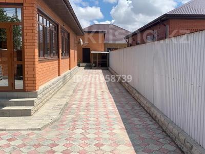 5-комнатный дом, 220 м², 8.4 сот., мкр Самал азс гелиос за 60 млн 〒 в Атырау, мкр Самал