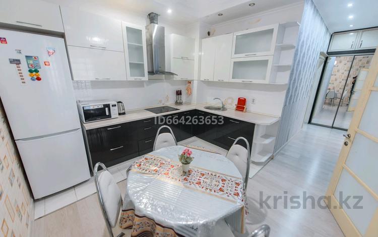 2-комнатная квартира, 65 м², 1/20 этаж посуточно, Брусиловского 167 — Абая за 12 000 〒 в Алматы, Алмалинский р-н