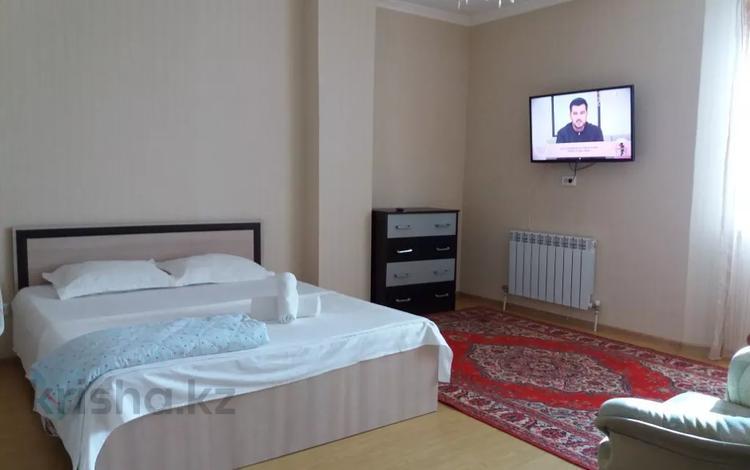 1-комнатная квартира, 40 м², 5/14 этаж посуточно, Сарайшык 5 — Акмешит за 8 000 〒 в Нур-Султане (Астана), Есиль р-н
