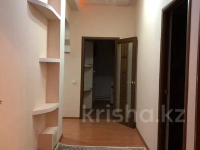 2-комнатная квартира, 80 м², 3/9 этаж помесячно, Шохана Уалиханова 21 за 250 000 〒 в Атырау — фото 3