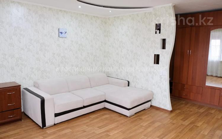 2-комнатная квартира, 60 м², 5/5 этаж посуточно, Степной 2 2 — проспект Республики за 11 495 〒 в Караганде, Казыбек би р-н