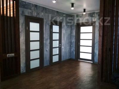 2-комнатная квартира, 81 м², 9/9 этаж помесячно, мкр Кадыра Мырза-Али за 300 000 〒 в Уральске, мкр Кадыра Мырза-Али — фото 2