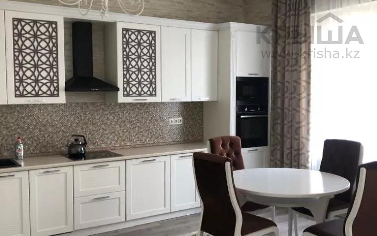 3-комнатная квартира, 150 м² на длительный срок, Самал 2 33а за 500 000 〒 в Алматы