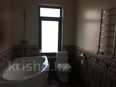 4-комнатный дом помесячно, 200 м², Ашимова 5 за 555 000 〒 в Алматы — фото 4