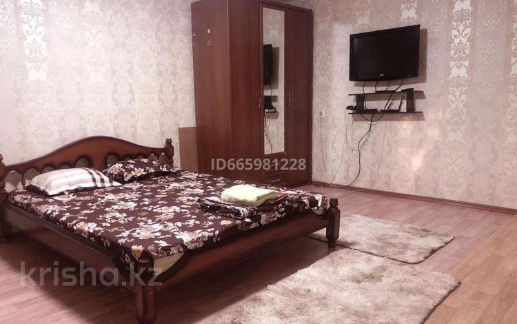 1-комнатная квартира, 35 м², 1 этаж посуточно, мкр Новый Город 26 за 6 500 〒 в Караганде, Казыбек би р-н