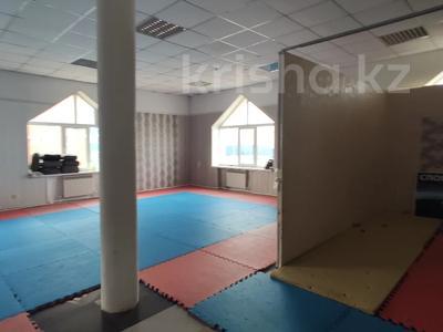 Здание, площадью 4580.3 м², Молдагуловой 56г за 598.9 млн 〒 в Актобе — фото 29