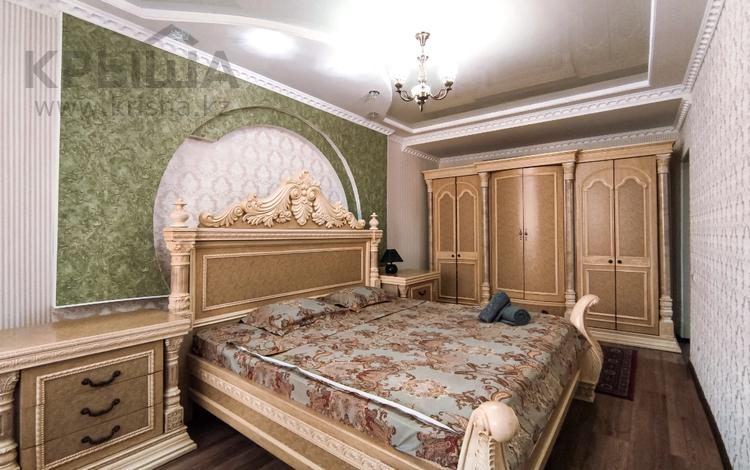 2-комнатная квартира, 80 м², 4/5 этаж посуточно, проспект Алии Молдагуловой 56Дк1 — Мангилик Ел за 12 000 〒 в Актобе, мкр. Батыс-2