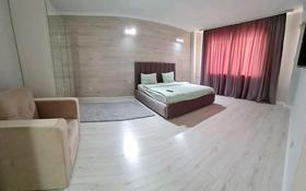 1-комнатная квартира, 50 м², 1/5 этаж посуточно, мкр Нурсая — Бейбарыс за 13 000 〒 в Атырау, мкр Нурсая