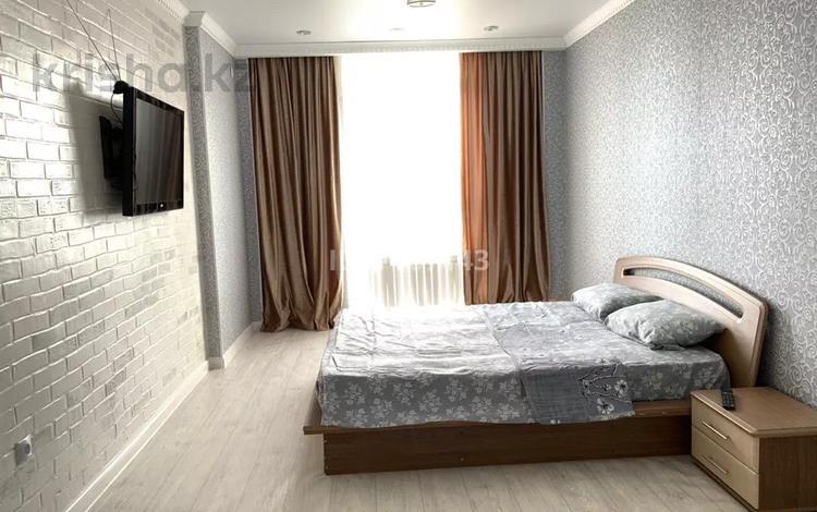 1-комнатная квартира, 40 м², 6/7 этаж посуточно, Алии Молдагуловой 63а за 7 000 〒 в Актобе, мкр. Батыс-2