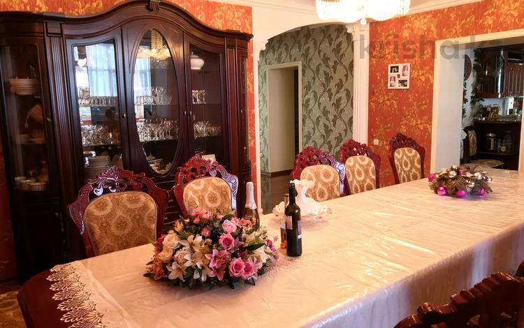 8-комнатный дом, 500 м², 12.5 сот., 4 линейная 1/1 за 77 млн 〒 в Уральске