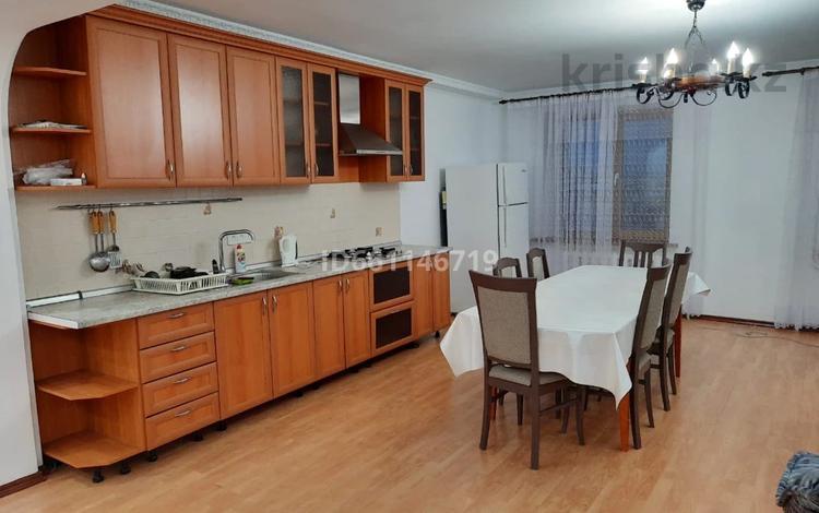 6-комнатная квартира, 230 м², 6/10 этаж помесячно, Абулхаир хана за 390 000 〒 в Актобе