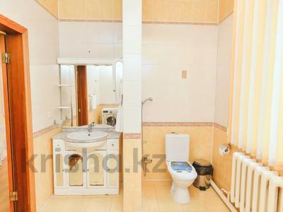 3-комнатная квартира, 120 м², 1/1 этаж посуточно, Молдагулова 3/3 — Достык за 15 000 〒 в Уральске — фото 11