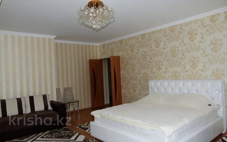 2-комнатная квартира, 80 м² посуточно, Кенесары 65 — Валиханова за 13 000 〒 в Нур-Султане (Астане), Алматы р-н